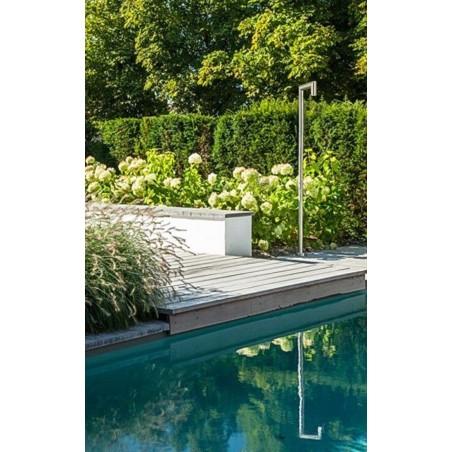 JEE-O original 04 je bazénová sprcha z nerezové oceli s výrazným obdélníkovým designem