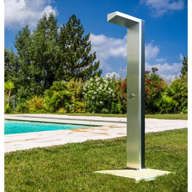 Součástí solární sprchy Maya je odolný  podstavec WPC